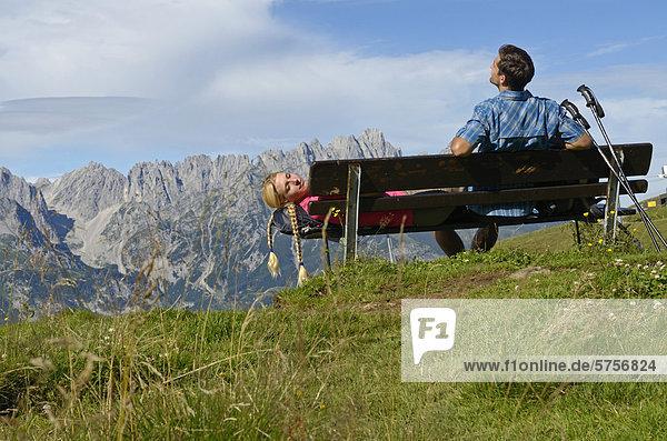 Wanderer rastet auf dem Hartkaiser mit Blick auf Wilder Kaiser  Tirol  Österreich  Europa