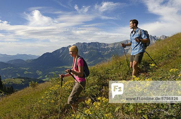 Wanderer auf dem Hartkaiser  hinten der Wilde Kaiser  Tirol  Österreich  Europa