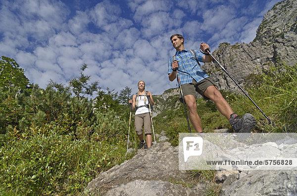 Wanderer beim Abstieg von der Gruttenhütte  Karlspitze  Ellmauer Tor  Wilder Kaiser  Tirol  Österreich  Europa