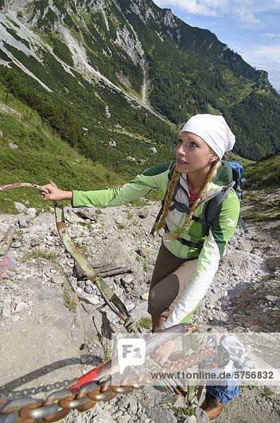 Wanderin beim Aufstieg  Abstieg über Klamml zur Gruttenhütte  Ellmauer Halt  Wilder Kaiser  Tirol  Österreich  Europa
