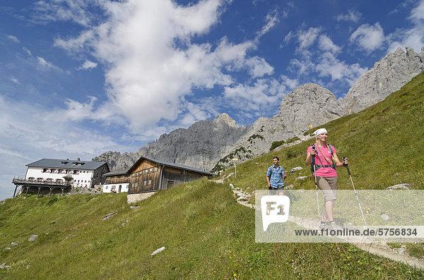 Wanderer beim Aufstieg  Abstieg über Klamml zur Gruttenhütte  Ellmauer Halt  Wilder Kaiser  Tirol  Österreich  Europa