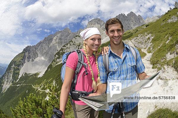 Wanderer beim Aufstieg von der Gruttenhütte zur Ellmauer Halt  Wilder Kaiser  Tirol  Österreich  Europa