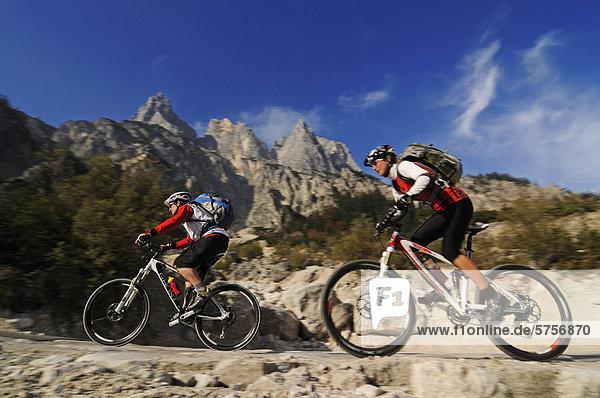 Mountainbiker in der Ramsau  im Klausbachtal vor den Mühlsturzhörnern  Berchtesgadener Land  Oberbayern  Bayern  Deutschland  Europa