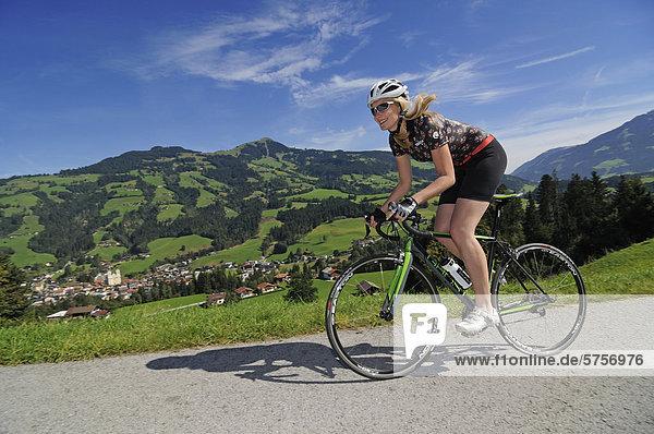 Rennradfahrerin  Schwaigerberg  Hopfgarten  Hohe Salve  Kitzbühler Alpen  Tirol  Österreich  Europa