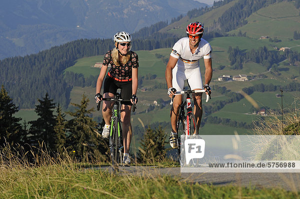 Paar fährt Rennrad  Kraftalm  Hohe Salve  Kitzbühler Alpen  Tirol  Österreich  Europa
