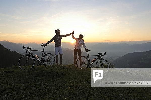 Paar mit Rennrädern  Kraftalm  Hohe Salve  Kitzbühler Alpen  Tirol  Österreich  Europa