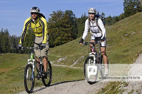 Mountainbiker bei Reit im Winkl  Chiemgau  Oberbayern  Bayern  Deutschland  Europa