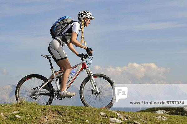 Mountainbikerin auf der Steinplatte vor den Loferer Steinbergen  Tirol  Österreich  Europa