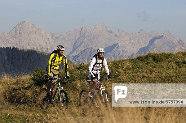 Mountainbiker auf der Winklmoos-Alm vor den Berchtesgadener Alpen  Chiemgau  Oberbayern  Bayern  Deutschland  Europa
