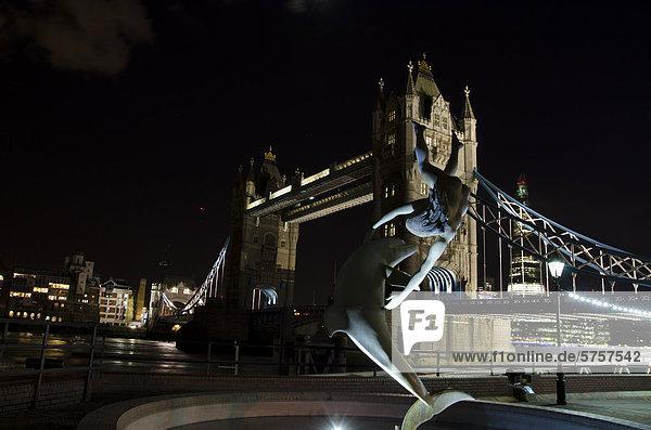 Beleuchtete Tower Bridge  Girl with a Dolphin  Statue von David Wynne  Themse  Nachtaufnahme  London  England  Großbritannien  Europa