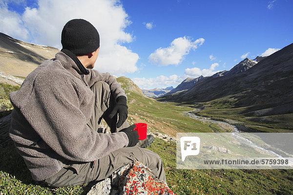 Man genießt seinen Kaffee im Hinterland auf der Suche nach Dolomit Creek im Banff Nationalpark  Alberta  Kanada.