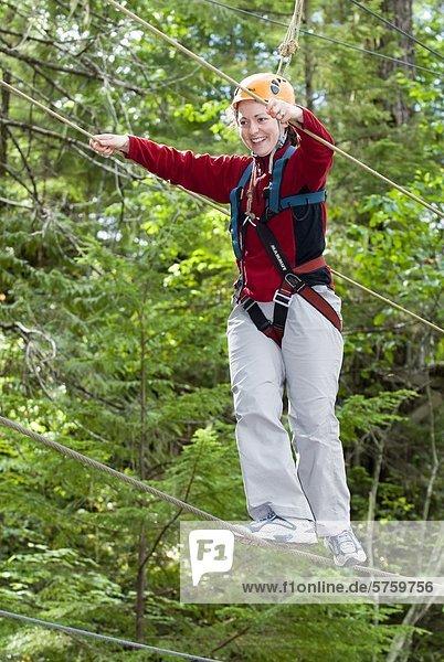 hoch oben nahe Frau Seil Tau Strick Fluss Lodge Landhaus Kurs Spaß