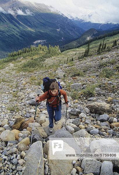 Frau Wandern im Hinterland der Yoho Nationalpark  Britisch-Kolumbien  Kanada.