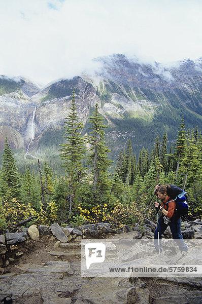 Frau Wandern durch Yoho Nationalpark  Britisch-Kolumbien  Kanada.