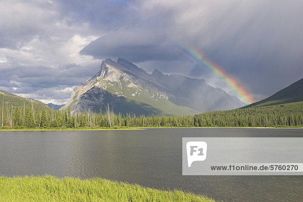 Ein schöner Regenbogen über Mount Rundle in Banff Nationalpark  Alberta  Kanada