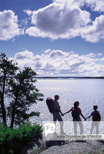 Familie Wandern entlang der Klippe genießen die Aussicht  Big Whiteshell Lake  Whiteshell Provincial Park  Manitoba  Kanada