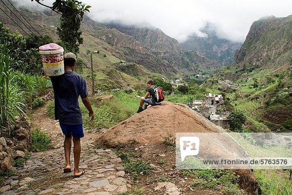 Panorama  Mann  Schönheit  tragen  gehen  Junge - Person  arbeiten  über  Weg  Tal  denken  vorwärts  Afrika  Wanderweg