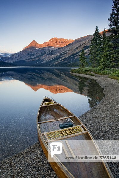 Kanu am Bow Lake entlang der Icefields Parkway  Alberta  Kanada
