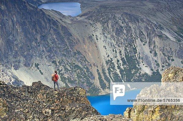 Eine Frau Umfragen unglaubliche Bergseen in der Niut Range of British Columbia Coast Mountains