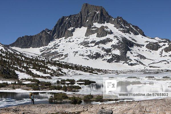 Wanderer am Thousand Island Lake mit Banner Peak im Abstand  Ansel Adams Wilderness  Sierra Gebirge  Kalifornien  USA