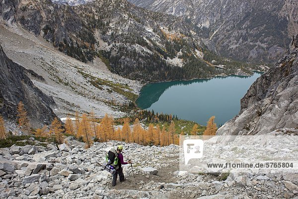 Backpacker absteigend Aasgard Pass in Richtung Colchuk See  Verzauberungen  Alpine Seen Wildnis  Washington State  USA