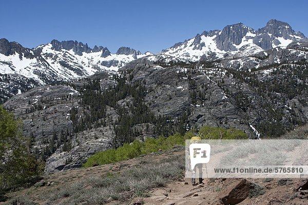 Wandern zum Thousand Island Lake auf dem pazifischen Kamm Trail  Ansel Adams Wilderness  Bergkette Sierra  Kalifornien  USA