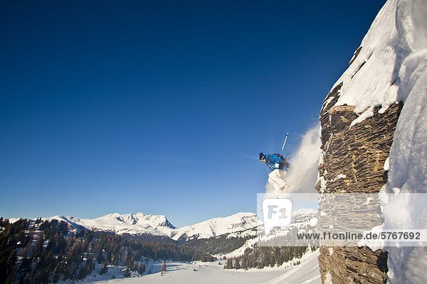 Junge männliche Skifahrer fängt von einer Klippe in Banff Nationalpark  Alberta  Kanada