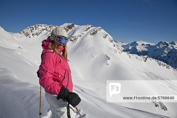 Junge Frau oben ohne Bedarfsverursacher laufen bei Mustang Pulver Catski  British Columbia  Kanada.