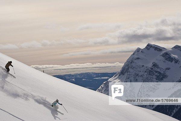 Junger Mann Ski frischen Pulver in den Selkirk-Bereich in der Nähe der Fairy Meadows Hinterland Hütte  British Columbia  Kanada.