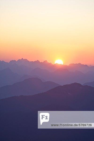 Sonnenuntergang über Strathcona Park von des Königs Peak  auf Vancouver Island gesehen. Strathcona Park  Vancouver Island  British Columbia  Kanada.