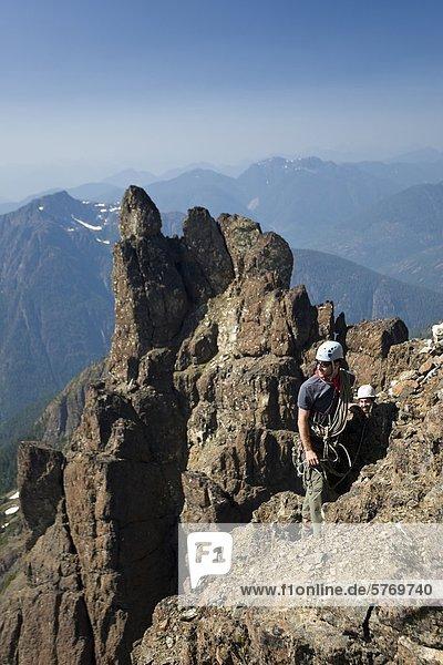 Zwei Bergsteiger aufsteigend der Nordwest Grat der Elkhorn Mountain,  Strathcona Park,  Central Vancouver Island