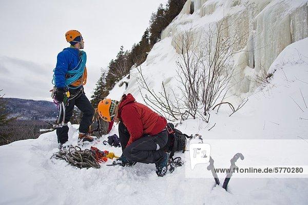 Ein junger Mann und Frau Get bereit zu klettern  La Mer de Glace 4++  nahe St Raymond  Quebec  Kanada