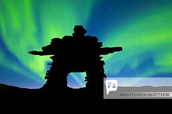Inukshuk silhouetted gegen die Nordlichter  Barrenlands  zentrale Nordwest-Territorien Kanadas Arktis