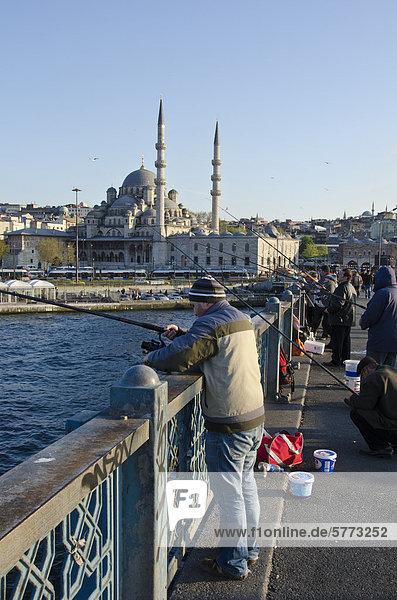 Brücke angeln Entdeckung Sardine Ortsteil Istanbul Moschee neu Yeni Camii