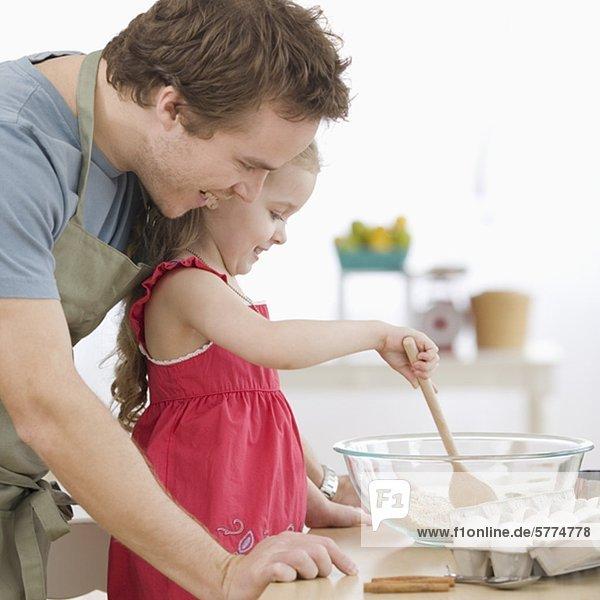 Menschlicher Vater Küche mischen Kuchenteig Tochter Menschlicher Vater,Küche,mischen,Kuchenteig,Tochter