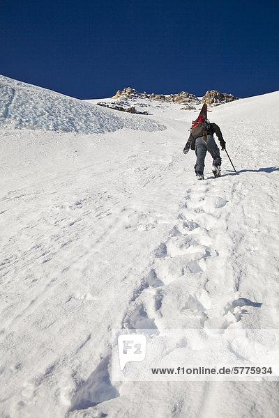 Ein Mann Bootpacks sich die steilen und exponierten Northface von Mt Stanley  Kootenay Nationalpark  British Columbia  Kanada