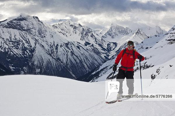 Mann Morgen Beleuchtung Licht Tagesausflug früh Ski unbewohnte entlegene Gegend