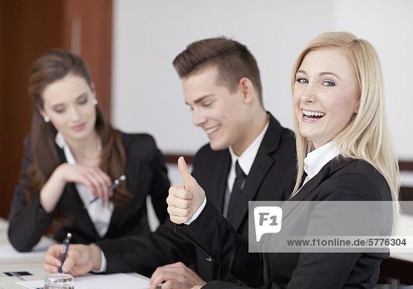 Meeting mit drei Personen  positive Stimmung Meeting mit drei Personen, positive Stimmung