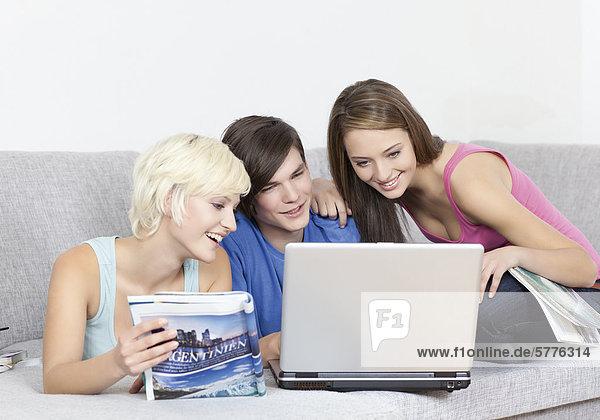 Drei Jugendliche beim Online-Shopping Drei Jugendliche beim Online-Shopping