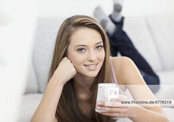 Junge Frau mit Smartphone Junge Frau mit Smartphone