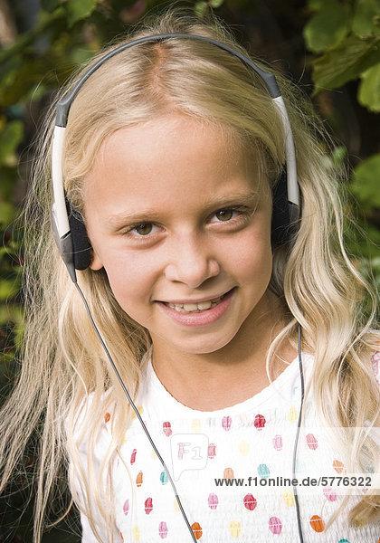 Blondes Mädchen mit Kopfhörer Blondes Mädchen mit Kopfhörer