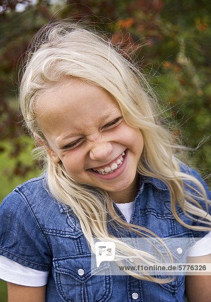 Blondes Mädchen lacht
