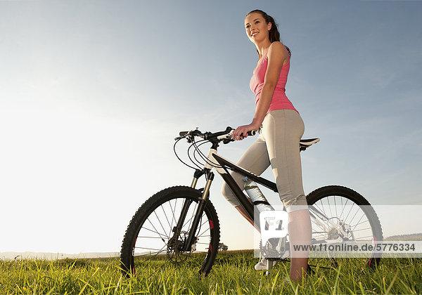 Junge Frau mit Fahrrad Junge Frau mit Fahrrad