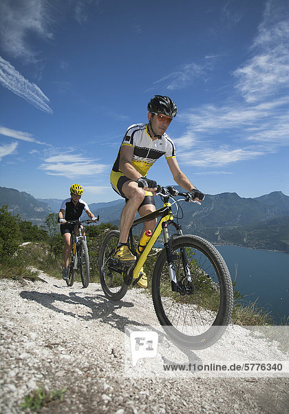 Mountainbiker im Gebirge Mountainbiker im Gebirge