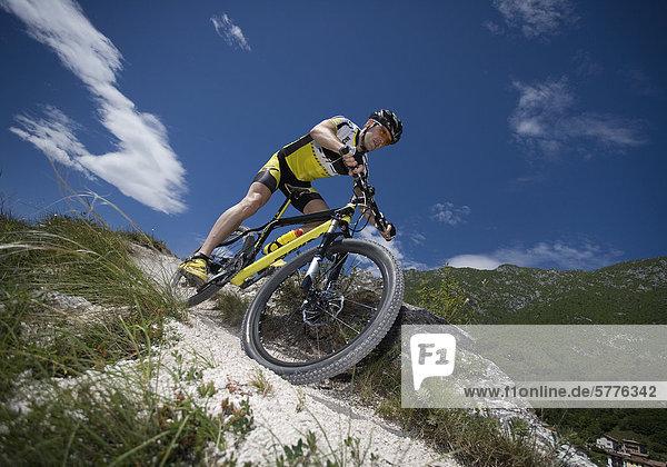Mann mit Mountainbike im Gebirge Mann mit Mountainbike im Gebirge