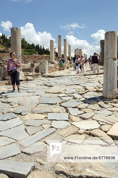 Römische Straße  antike Stadt Ephesos  Efes  Türkei  Westasien