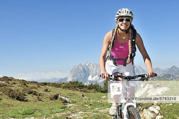Mountainbikerin  Eggenalm  Reit im Winkl  Chiemgau  Bayern  Deutschland  Europa