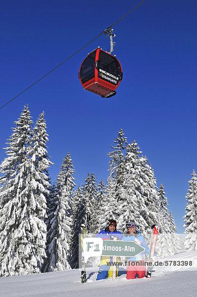 Skiers with gondola lift or cable car  Winklmoos-Alm  Reit im Winkl  Chiemgau region  Bavaria  Germany  Europe