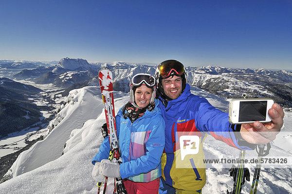 Skifahrer machen Selbstportrait  im Skigebiet Steinplatte  Reit im Winkl  Chiemgau  Bayern  Deutschland  Europa