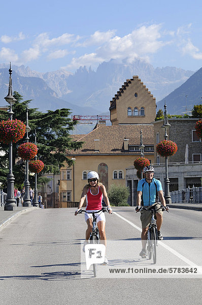 Paar auf Elektrorädern in Bozen  Südtirol  Italien  Europa